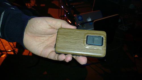 Nokia N900 con cover in legno
