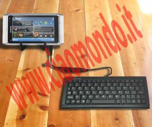 Nokia N8 collegato a una tastiera USB